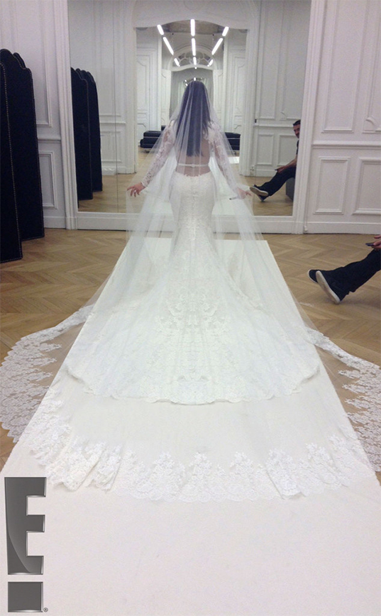 kim_kardashian_kanye_west_wedding_photos_868_5.png_19o93gs-19o93m6
